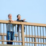 空を見る高齢者