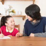 娘に勉強を教える母 親子